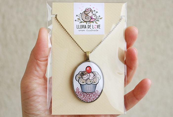 Packaging bonitos para bisutería. Colgante ilustrado con bebé y cupcake. Babycake