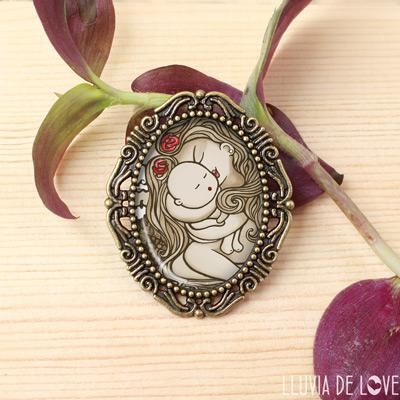 Regalos para madres que adoran a sus hijos. Broches originales y artísticos. Ilustraciones originales.