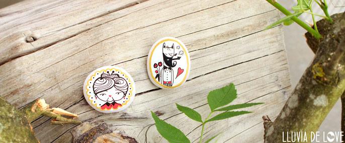 Ilustración personalizada familia. Brcohes de Caperucita Roja. Broche Lobo. Broches pintados a mano de porcelana fría. Artesanía en guipúzcoa