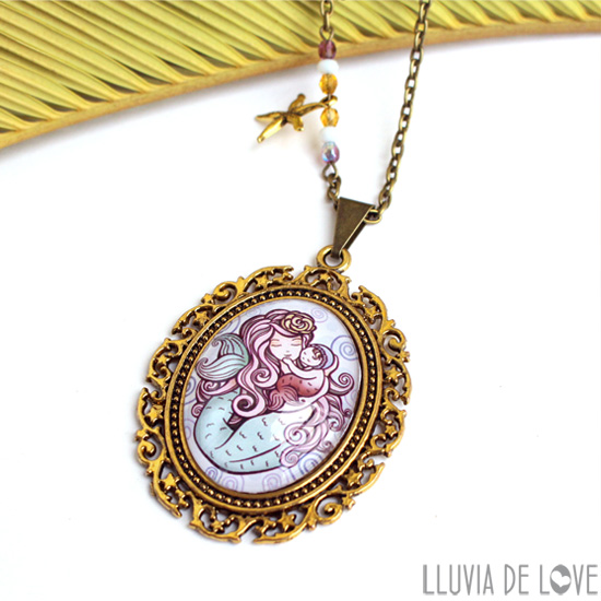 colgantes ilustrados para madres, medallón sirena, ilustración madre e hijo, sirena madre
