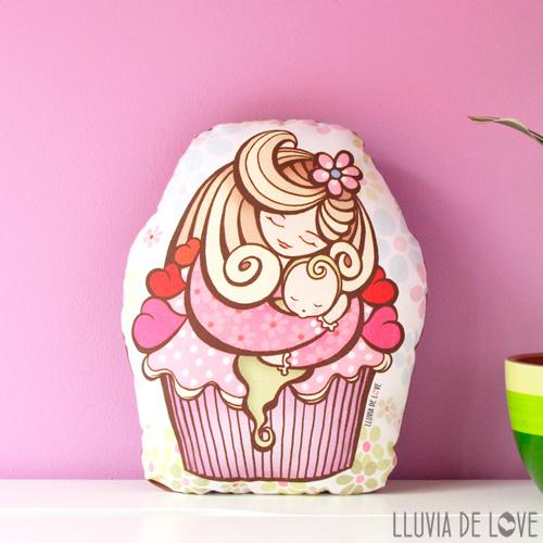 Regalos para madres recientes o primerizas. Cojín cupcake de fresa. Cojín ilustrado en tela de algodón. Cojín decorativo para madres. Almohada decorativa.